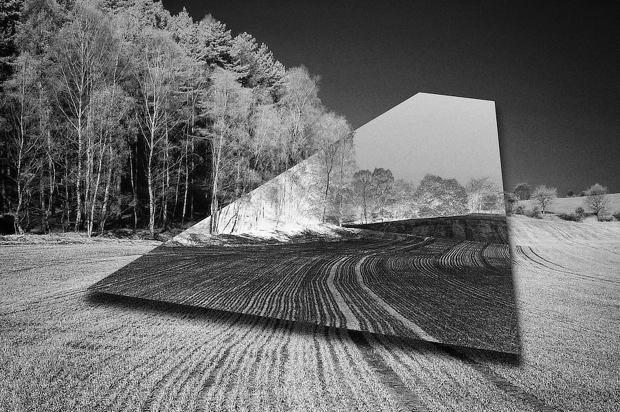 Anatomie krajiny. Část negativně převráceného obrazu působí jako zrcadlo umístěné v krajině. Zorané pole s liniemi řádků na Kokořínsku.