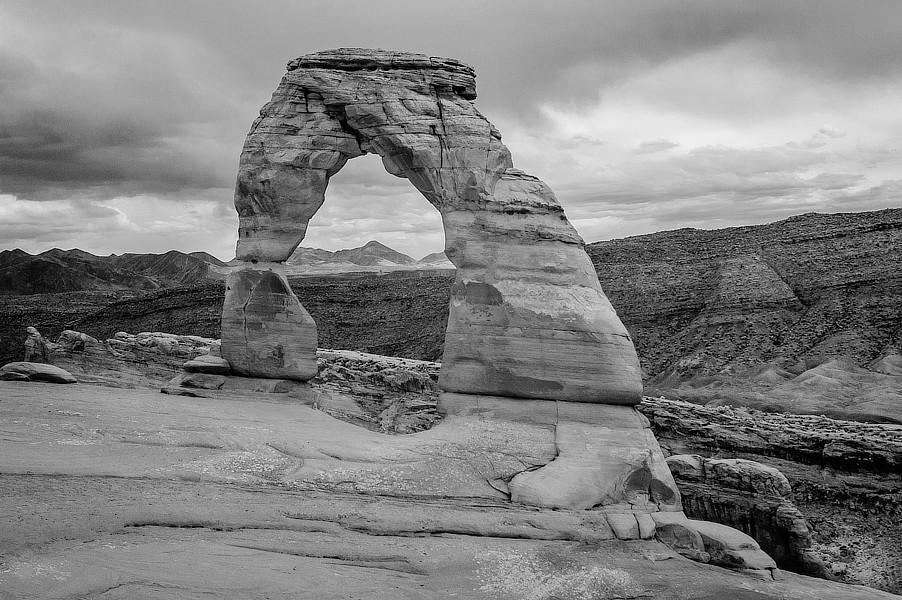 Infračervená černobílá fotografie skalního oblouku, Lower Delicate Arch Viewpoint, NP Arches, Utah.