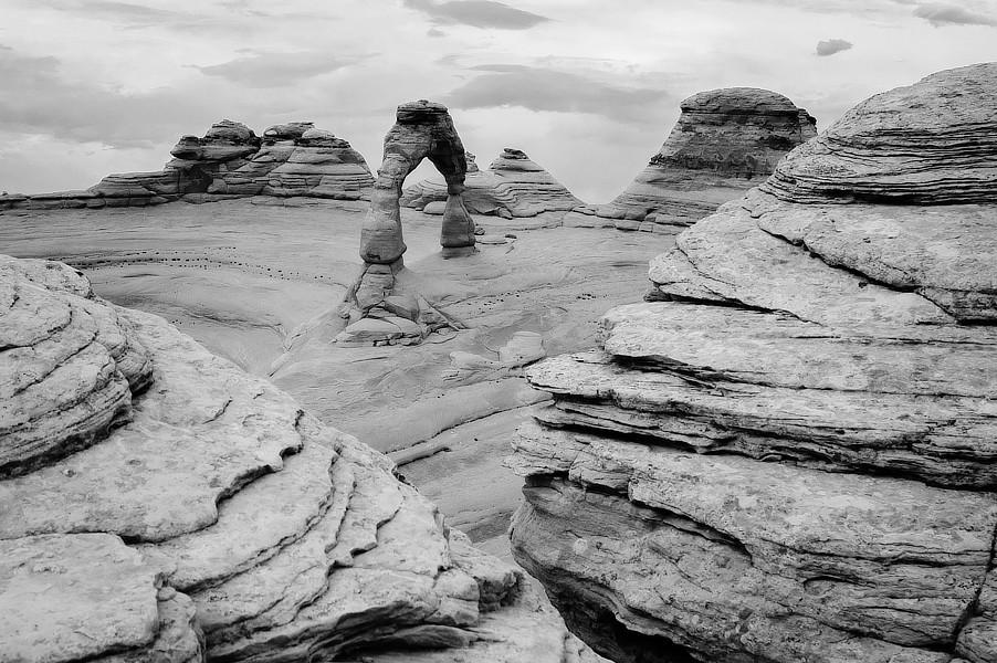 Infračervená černobílá fotografie skalního oblouku, Upper Delicate Arch Viewpoint, NP Arches, Utah.
