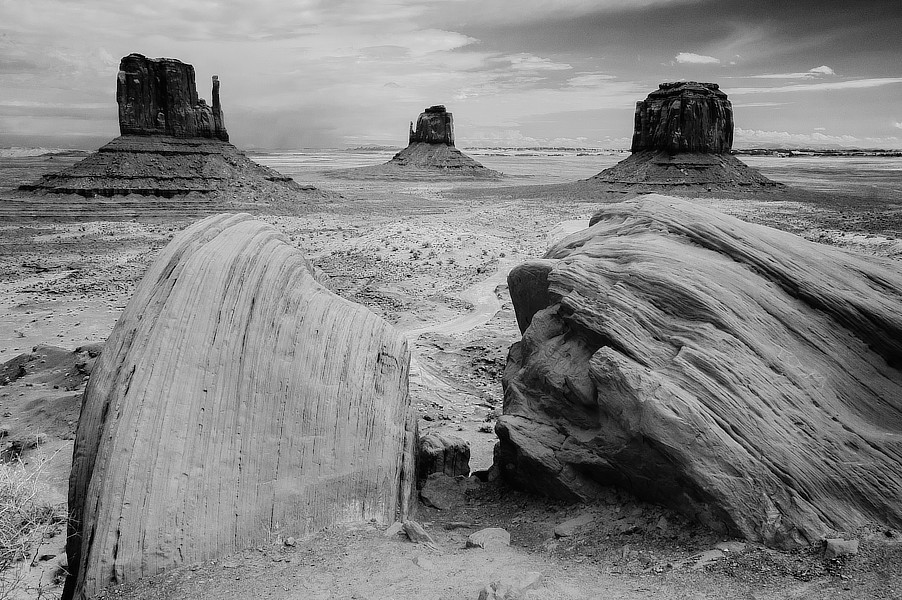 Infračervená černobílá fotografie skal ve stylu Marloboro County, NP Monument Valley, Utah.