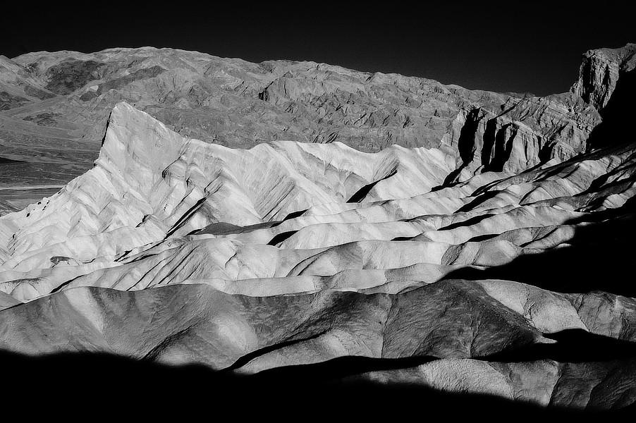 Infračervená černobílá fotografie skal, klasický pohled na Mrtvé údolí, Zabriskie Point, NP Monument Valley, Utah.