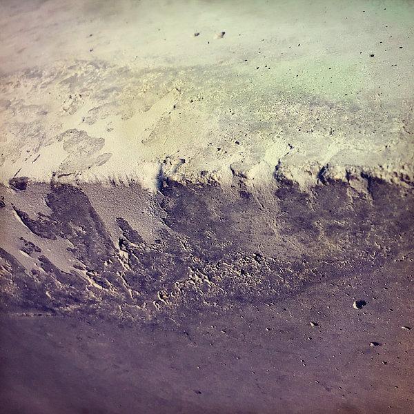 Výtvarná fotografie cyklus Krajiny imaginace. Rozpraskaný pohledový beton připomíná měsíční krajinu.
