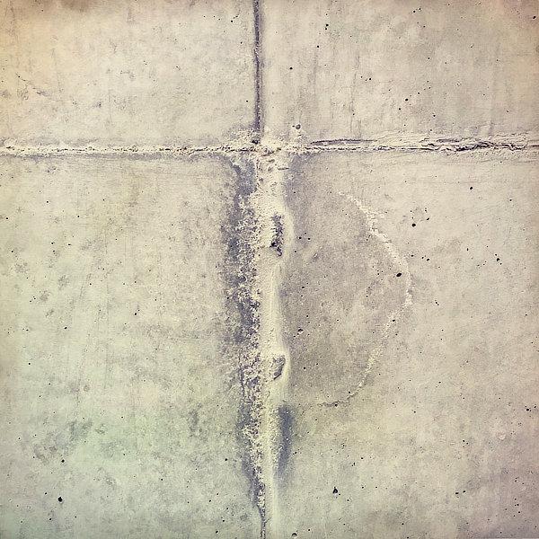 Výtvarná fotografie cyklus Krajiny imaginace. Spoje na pohledovém betonu symbolizují Ježíše na kříži.