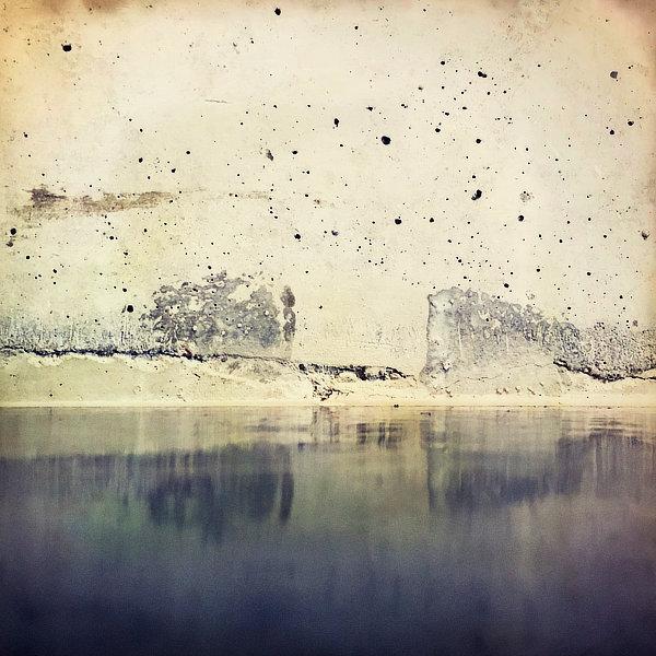 Výtvarná fotografie cyklus Krajiny imaginace. Detail natřené podlahy a svislé betonové stšny připomíná odraz skal na vodní hladině.